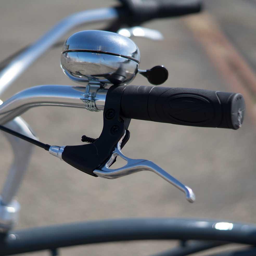 Détail du guidon et de la sonnette du vélo de ville Cruiser Coaster