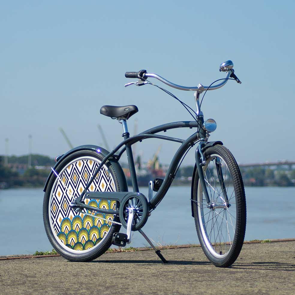 Vélo de collection Indigo. Un vélo Cruiser Coaster original avec une roue pleine à l'arrière. Une roue lenticulaire, enjoliveur du plus bel effet