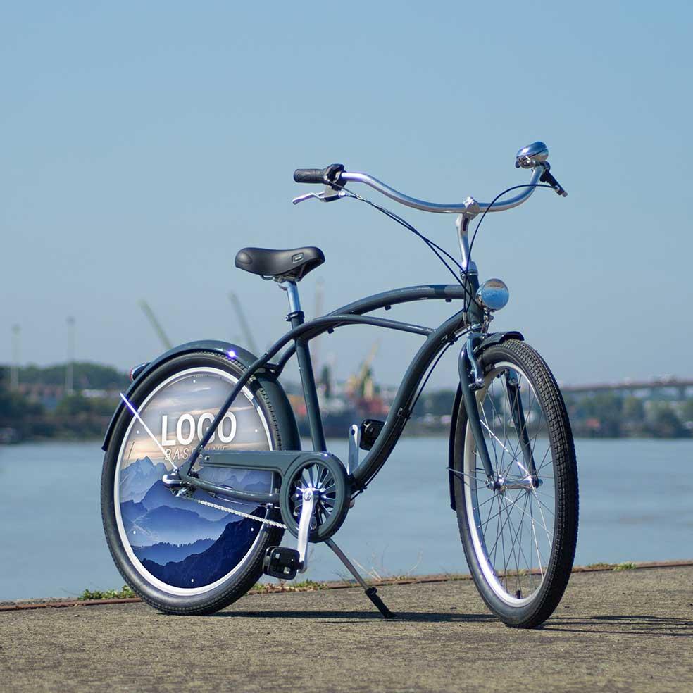 Vélo de fonction avec une roue pleine. Vélo de ville Cruiser avec enjoliveur en roue arrière. Une roue lenticulaire aux couleurs de votre entreprise