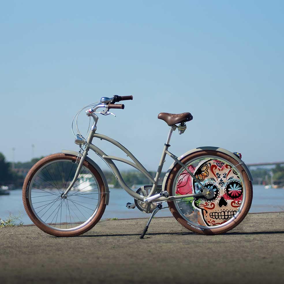Vélo de collection pour homme ou femme, collection Eskeleto. Une roue pleine à l'arrière avec son enjoliveur très travaillé. Pour vous démarquer lors de vos trajets en ville
