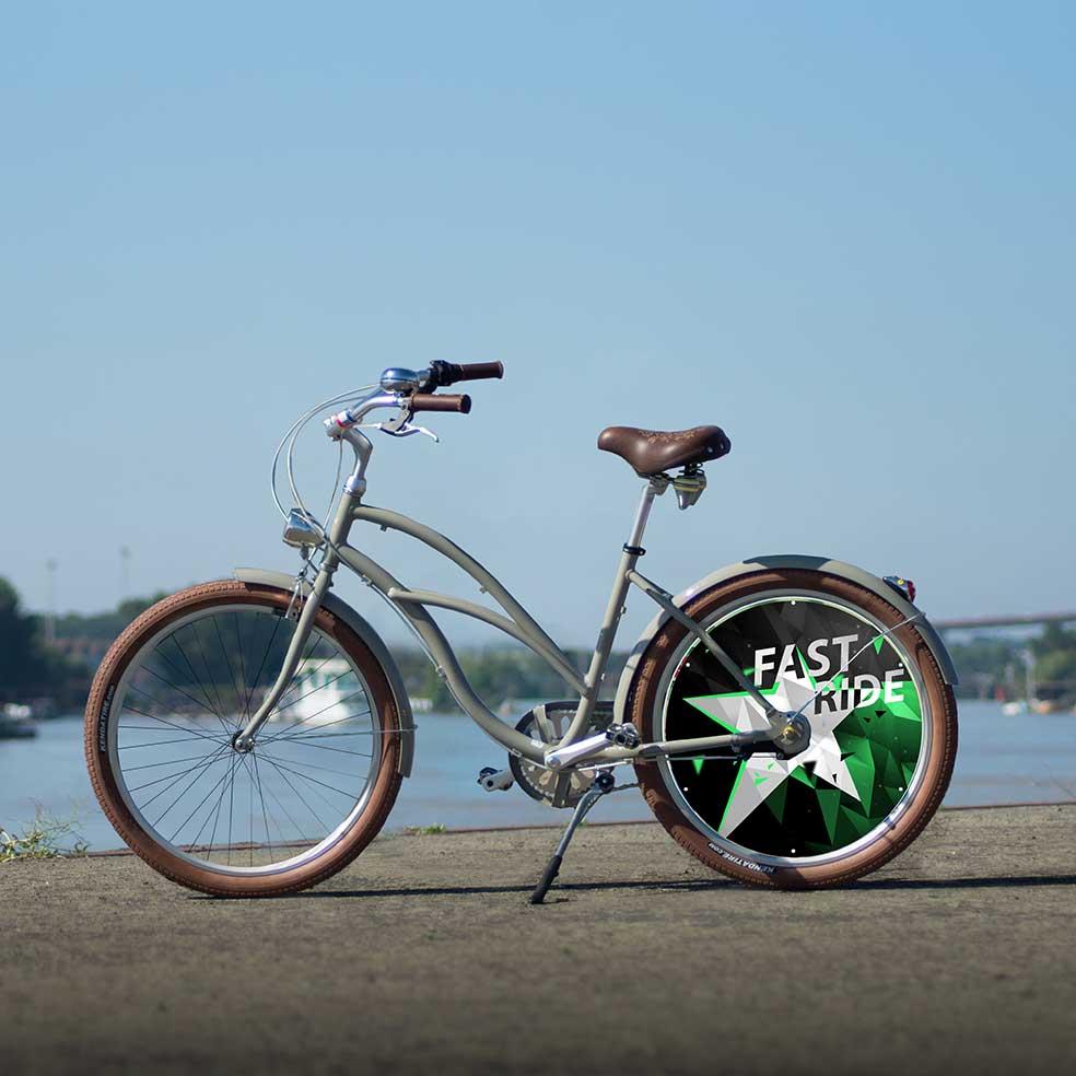 Vélo Cruiser mixte, collection Fast Ride. Une roue lenticulaire à l'arrière. Une roue pleine au design ultra-moderne pour un vélo unique