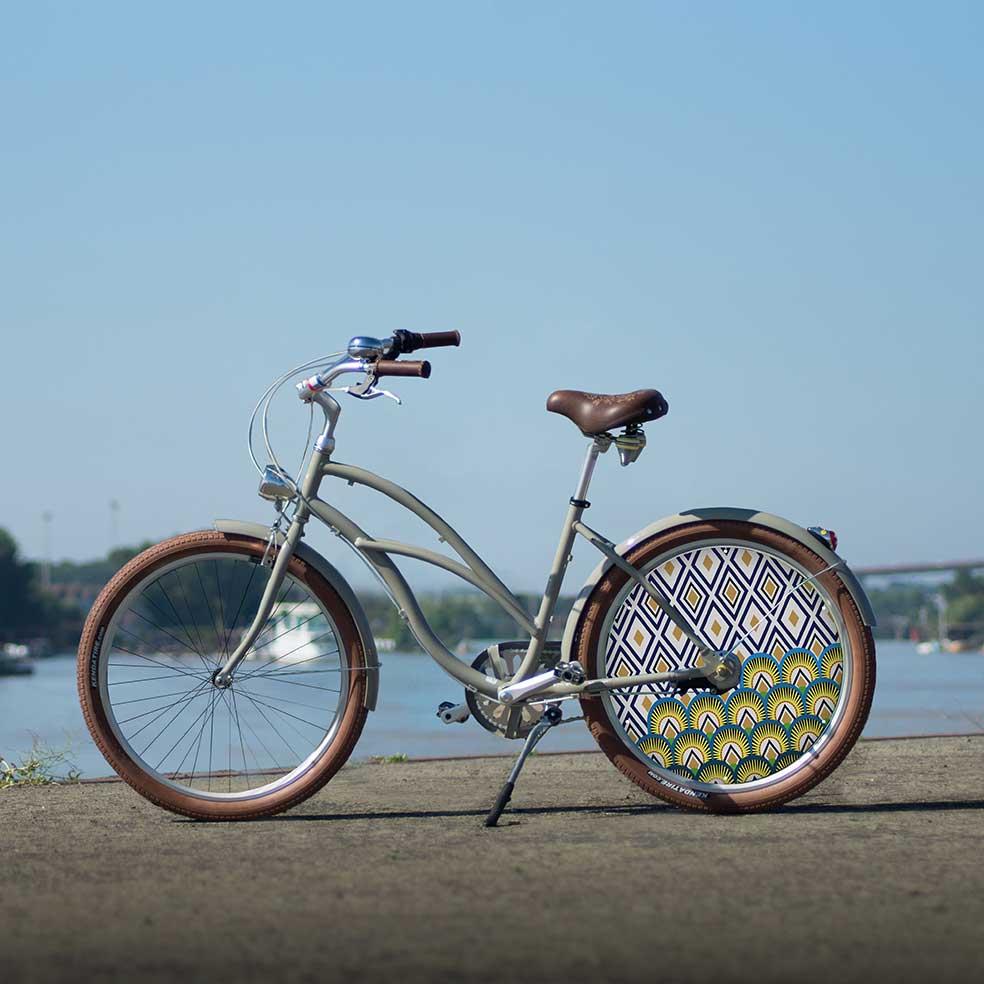 Le vélo de collection Cruiser dans sa collection Indigo. Une roue arrière pleine avec un enjoliveur aux couleurs modernes