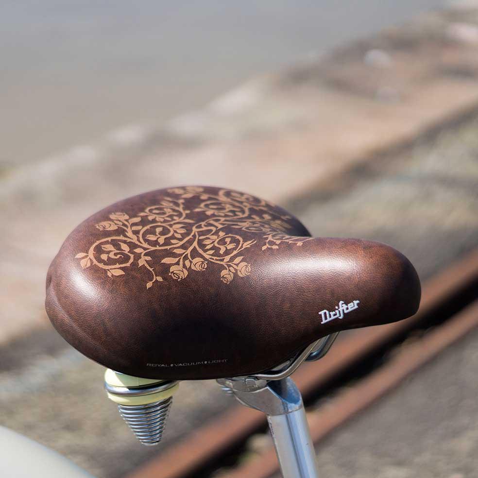 Selle en cuir du vélo Cruiser mixte. Une assise stylée et très confortable pour avaler les kilomètres lors de vos trajets en ville