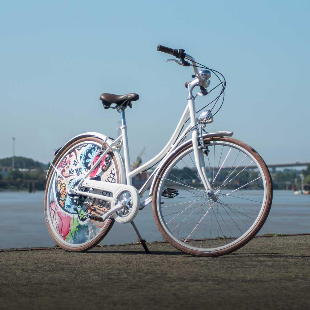 Vélo de collection Eskeleto. Vélo de ville au design spectaculaire avec sa roue arrière lenticulaire. Une roue pleine pour ne pas passer inaperçu lors de vos trajets