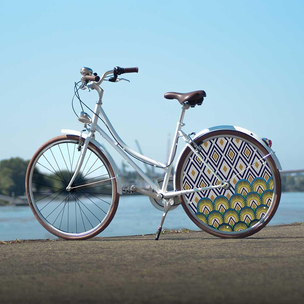 Vélo de collection Coffee Mixte, roue lenticulaire au design Indigo. Vélo de ville pour vos déplacements urbains. Un enjoliveur tendance et actuel