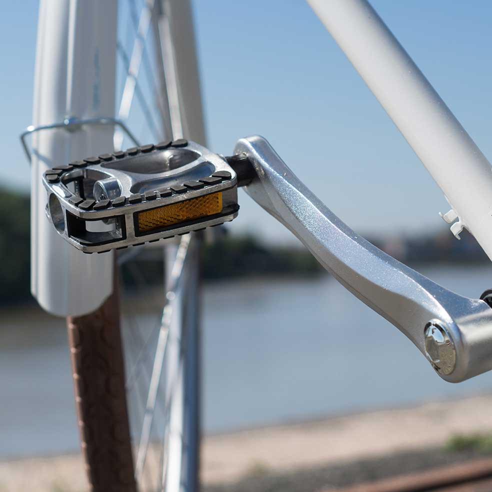 Détail de la pédale du vélo de ville Coffee mixte. Pour davantage de confort lors de vos déplacements en ville
