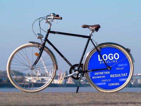 Vélo de fonction, ce vélo de ville Coffee pour homme aux lignes fines aura une roue pleine aux couleurs de votre entreprise à l'arrière. Pour faire plaisir à vos collaborateurs tout en communiquant de manière efficace