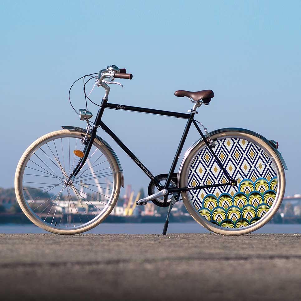 Vélo de ville à la ligne sobre, ce Coffee pour homme est habillé au design Indigo. Dans l'ère du temps, cette collection propose une roue lenticulaire à l'arrière