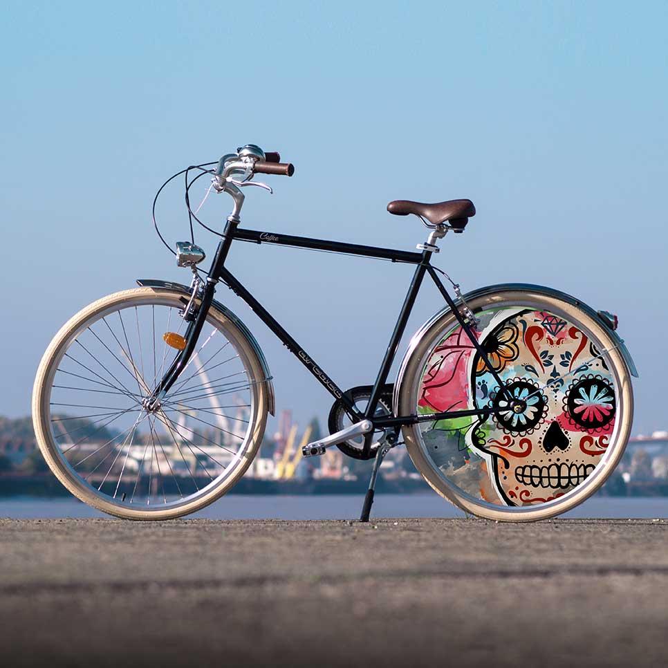 Vélo design Esqueleto. Une roue pleine à l'arrière de ce vélo de ville Coffee aux lignes épurées. Confortable, vous vous déplacerez en ville de façon simple et efficace, tout en vous démarquant des autres cyclistes