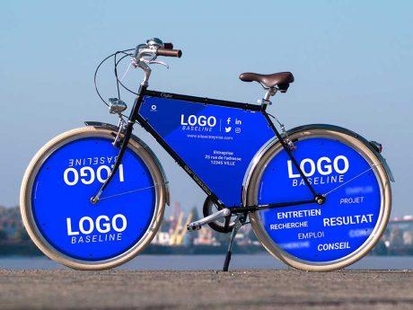 Sobriété et look indémodable, deux des qualités de ce vélo de ville Coffee. Avec son habillage XXL -cadre et deux enjoliveurs-, il vous servira de vélo d'entreprise. Un panneau publicitaire visible et original