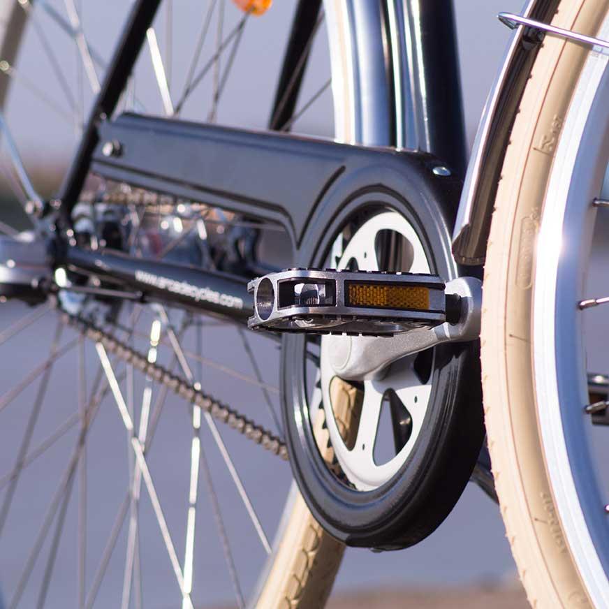 Un pédalier de grande qualité pour ce vélo de ville Coffee homme. Solidité, vous déraillerez rarement grâce à son mécanisme et ses composants