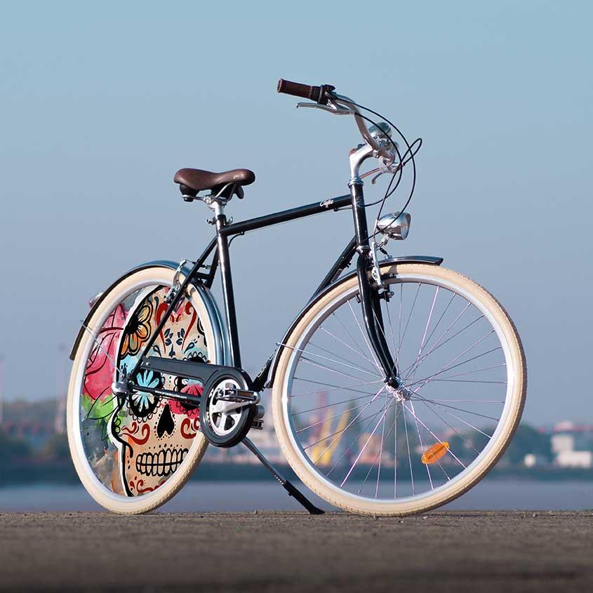 Le vélo de collection Coffee pour homme avec son design Esqueleto possède une ligne sobre mais efficace. Un enjoliveur plein pour un design de nos créateurs 100 français