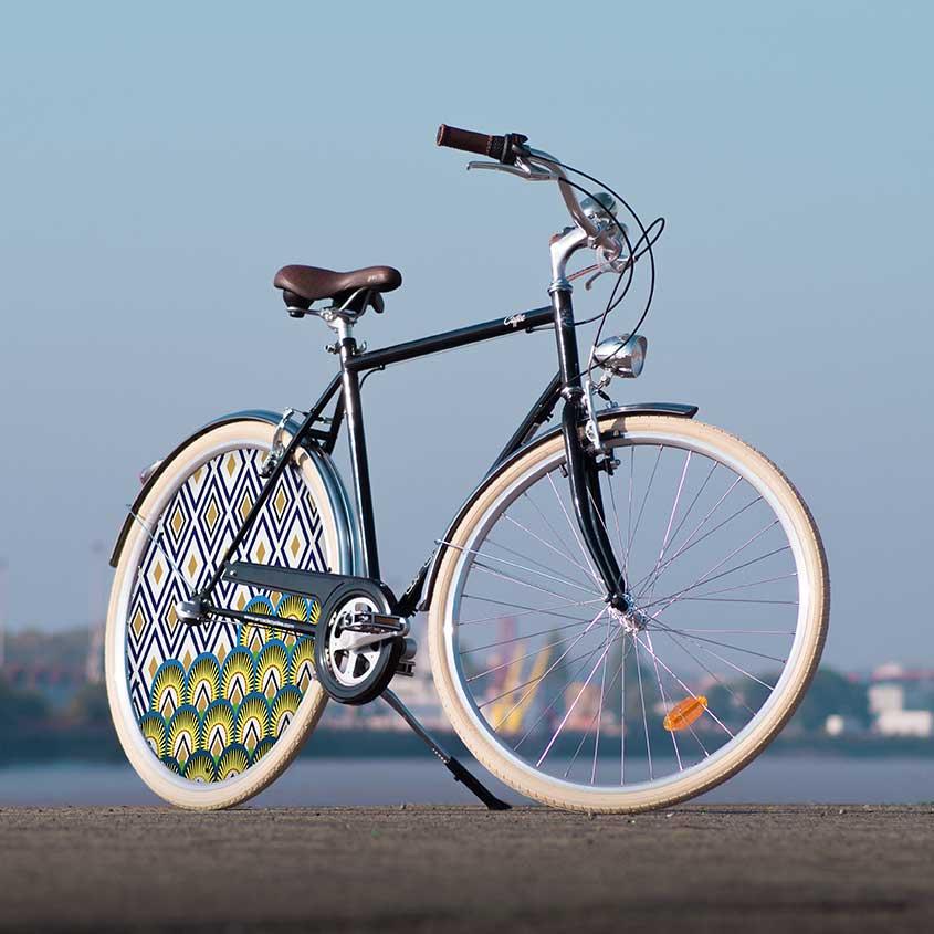 """Le vélo de ville Coffee pour homme est un must have. Avec un design largement épuré et sa roue arrière pleine, ce vélo de collection Indigo sera parfaitement en phase avec le """"look urbain"""""""