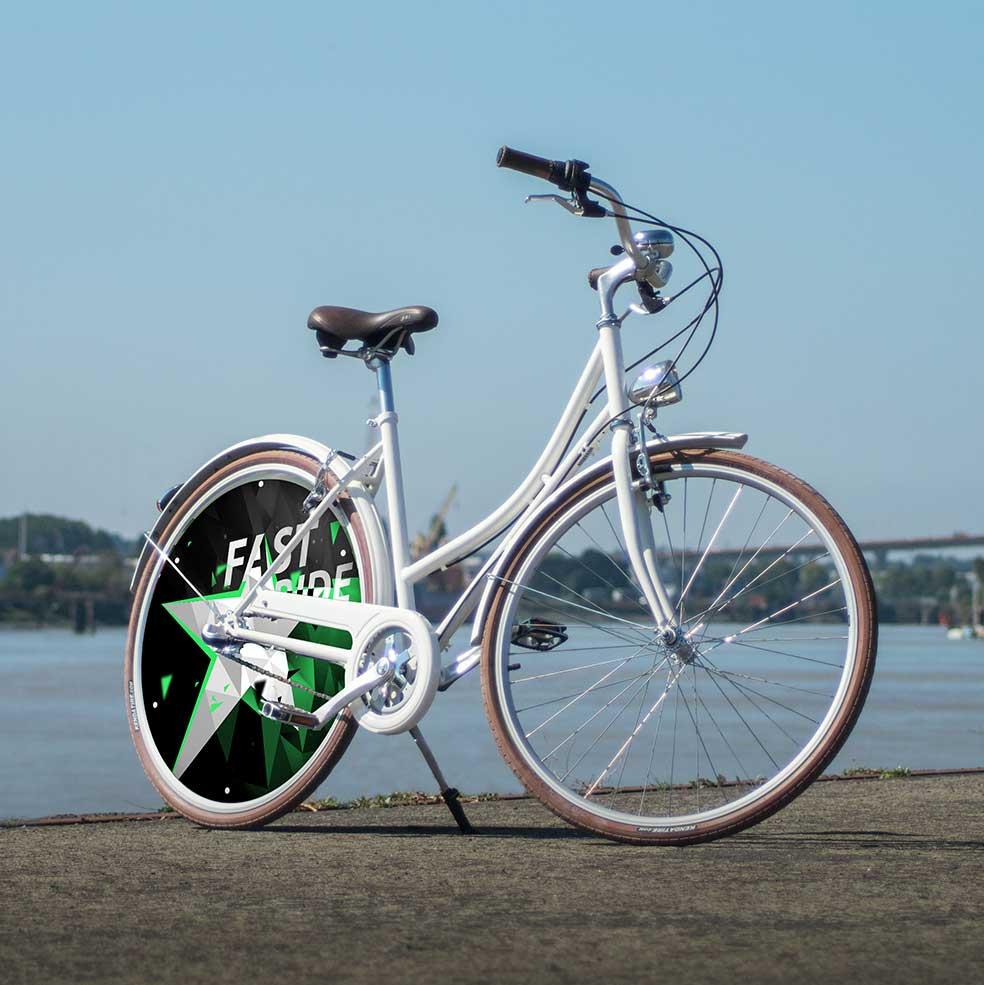 Vélo de ville Coffee blanc, femme et homme. Avec une roue pleine à l'arrière, ce vélo de ville est de la collection Fast Ride. Vélo urbain au look vintage