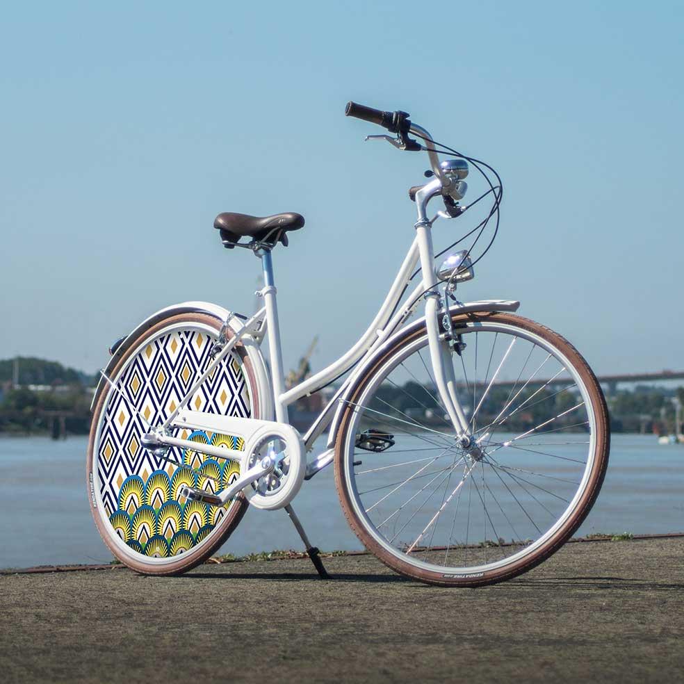 Le design original de ce vélo de collection Indigo est dans l'ère du temps. Moderne mais à la fois vintage, ce vélo de ville au style hollandais sera parfait pour faire vos trajets en ville