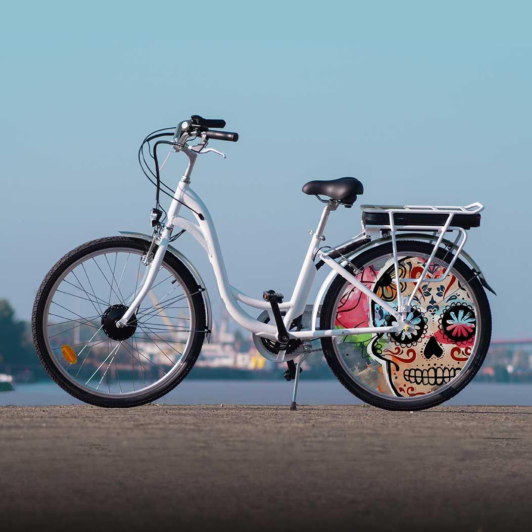 VAE collection Esqueleto. Un look squelettique avec une roue lenticulaire à l'arrière de ce vélo de ville. Une autonomie de 40 km puis vos jambes feront le reste. Démarquez-vous des autres cyclistes