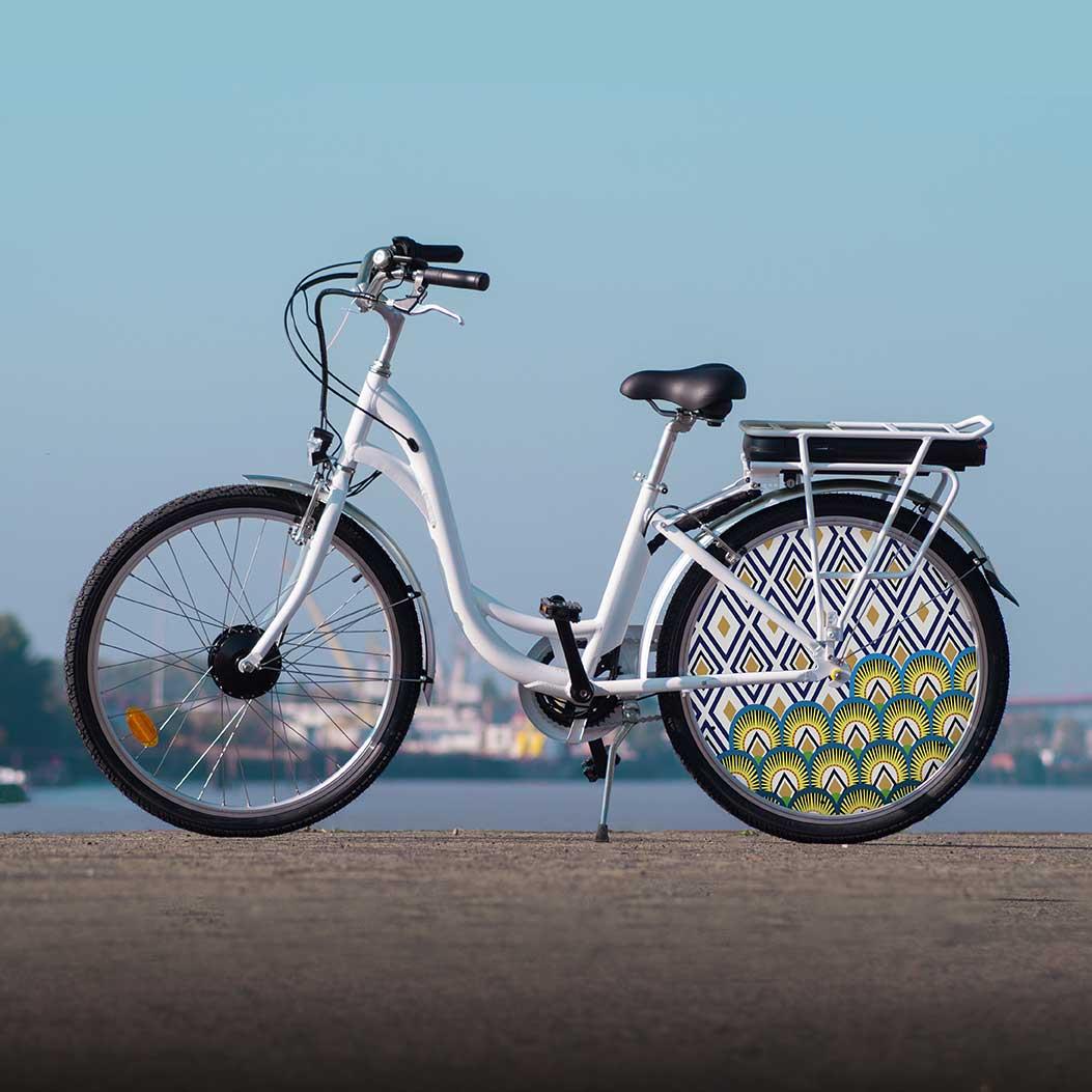 Vélo à assistance électrique de la collection Indigo. Des lignes épurées pour rouler de manière efficace avec une autonomie électrique de 40 kilomètres et un confort certain