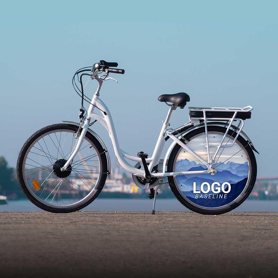 VAE dans sa version vélo de fonction. Un enjoliveur aux couleurs de l'entreprise à l'arrière de ce vélo E-Colors, qui conviendra aussi bien à vos collaborateurs qu'à vos collaboratrices
