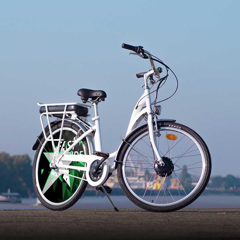 Vélo électrique collection Fast Ride. Avec son look épuré, vous roulerez sur batterie pendant 40 km, puis vos jambes feront le reste ! Pour vous déplacer en ville de manière unique et originale