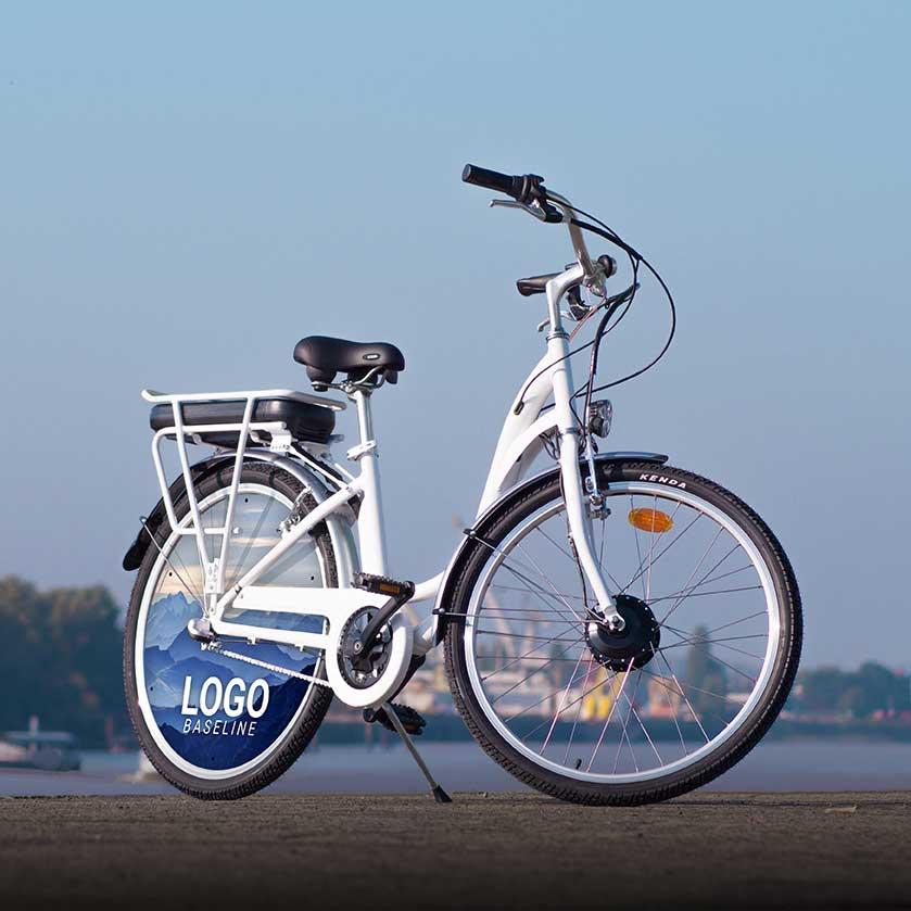 Utilisez le vélo à assistance électrique comme vélo de fonction. Avec une roue lenticulaire à l'arrière, ce VAE de fonction sera un magnifique moyen de déplacement pour vous ou vos collaborateurs