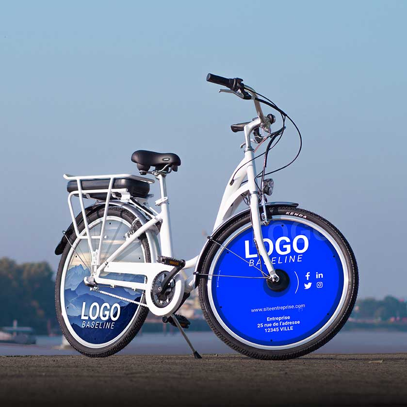 Le vélo à assistance électrique dans son modèle vélo de fonction. Avec deux roues pleines avant et arrière, ce vélo de ville roulera sur batterie pendant 40 km. Faites du vélotaf un mode de vie pour que vos collaborateurs effectuent leurs trajets domicile - travail avec le meilleur des moyens de locomotion