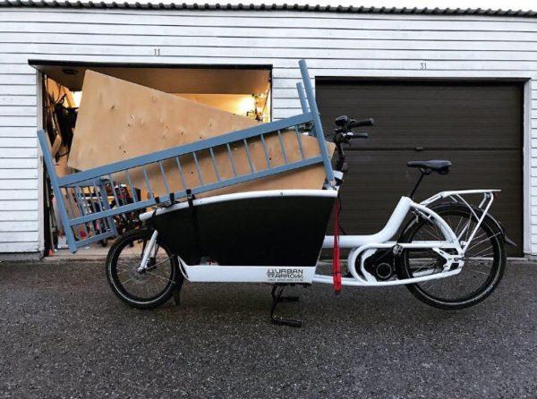 vélo cargo biporteur déménageant des gros meubles
