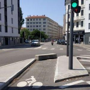 top1 obstacle en béton sur piste cyclable en ville