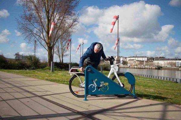 Homme louant un vélo Ecovelo
