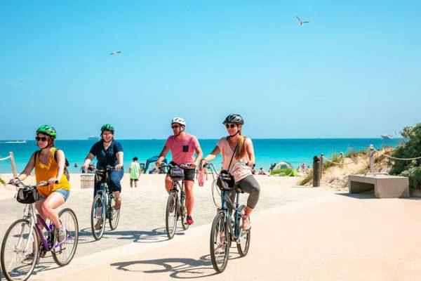 4 personnes faisant du vélo en bord de mer