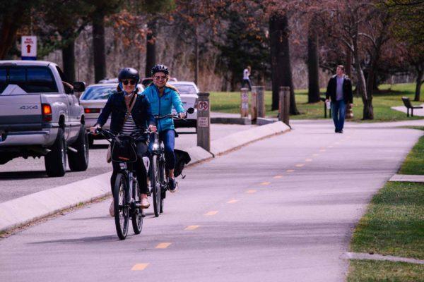 piste vélo en ville avec cyclistes