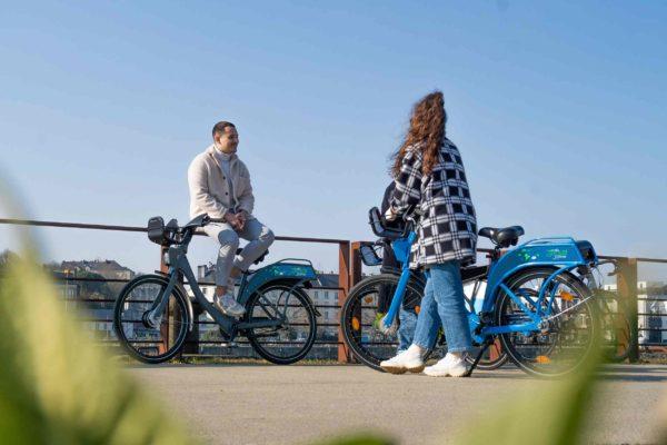 Jeunes avec vélos libre-service