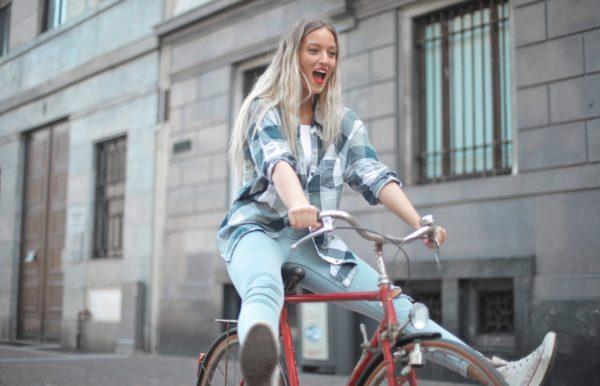 Une jeune heureuse sur un vélo