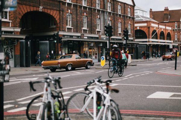 Vélo à côté de voitures