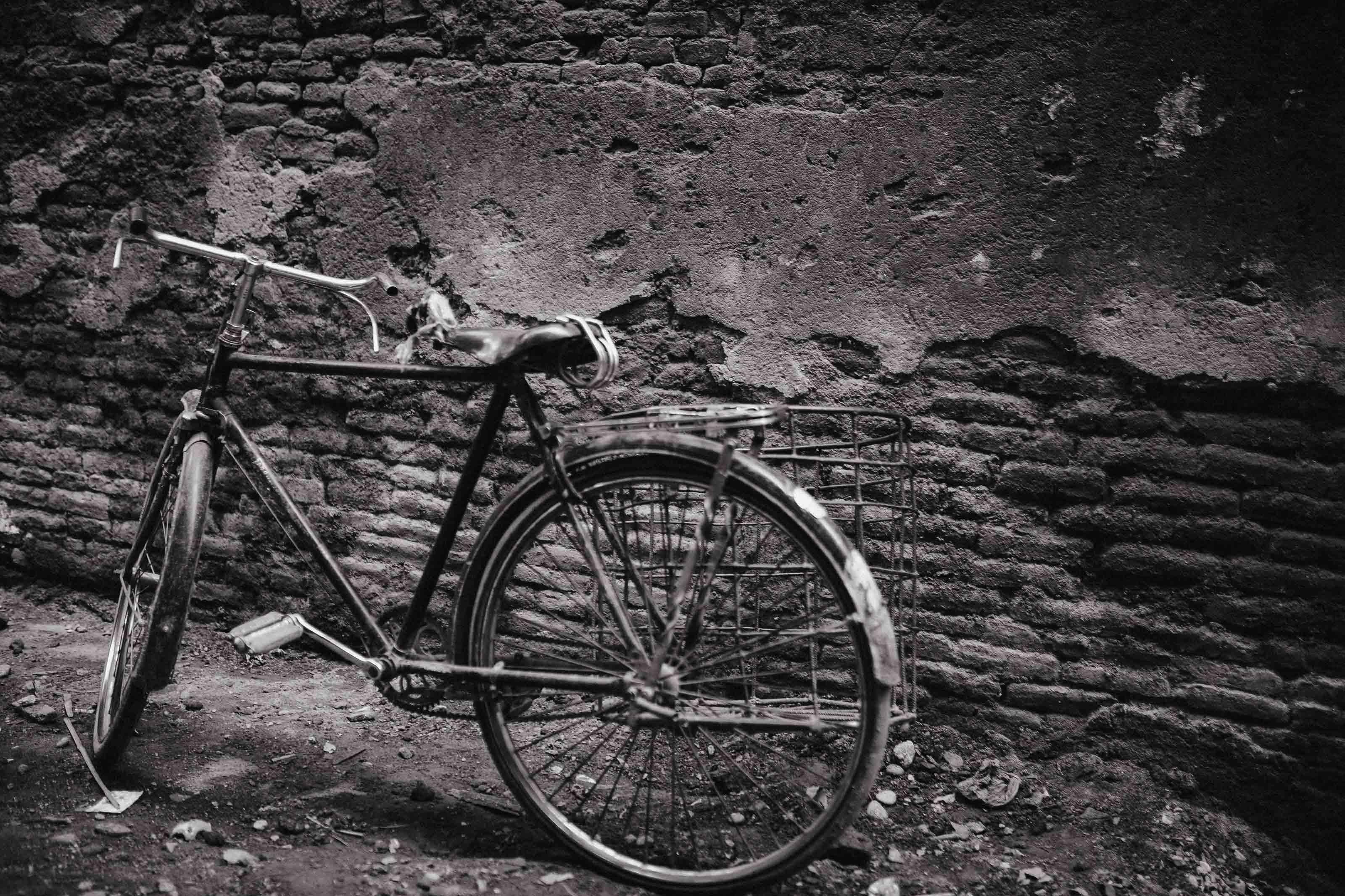 Photo en noir et blanc montrant un vélo d'origine ancienne